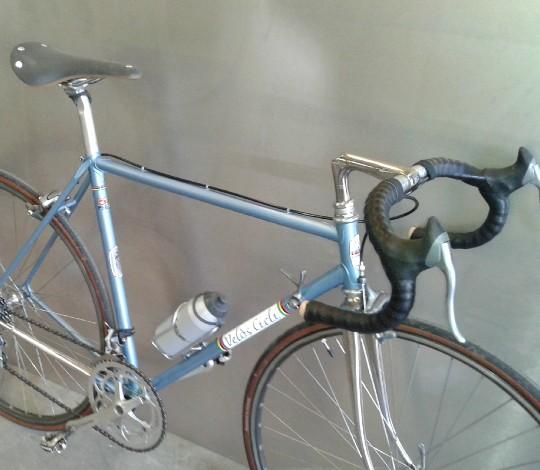 Una sella Brooks Cambium montata su una bici da corsa vintage