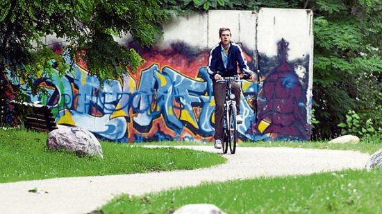bici lungo il muro di berlino