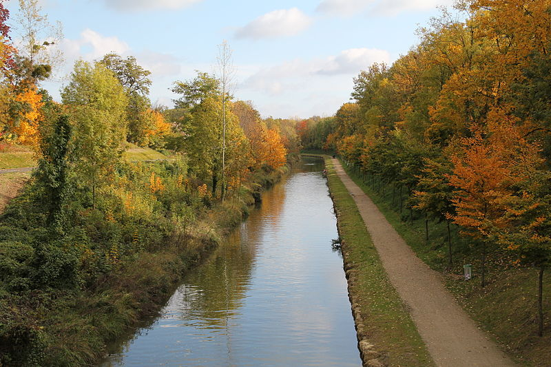 L'EuroVelo 3 à Villeparisis le long du canal de l'Ourcq.
