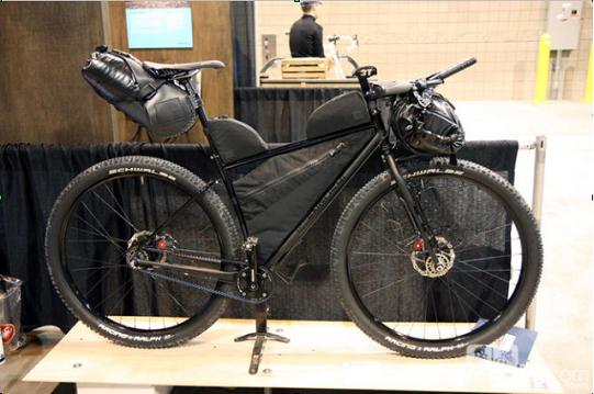 264eed31c7 bikepacking. Dovendo affrontare i normali singletrack come le MTB, ma per  vari giorni, la necessità, che non ci siano sporgenze dall'ingombro del  manubrio, ...