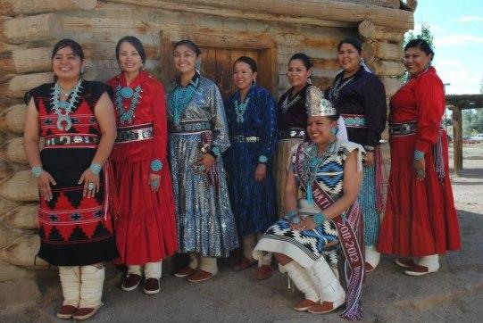 Donne Navajo in abiti tradizionali