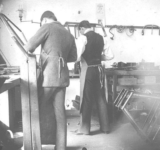 I fratelli Wright al lavoro nel proprio negozio di bici