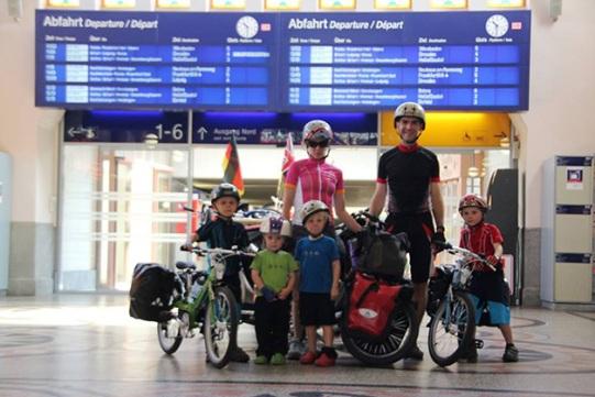 famiglia-viaggio-bici
