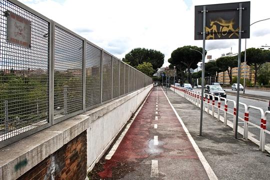 Ancora la prestig.sa ciclabile della Colombo. Notare la barriera protettiva, per evitare l'esercizio dell'onnipotente diritto automobilistico di passare o sostare ovunque.