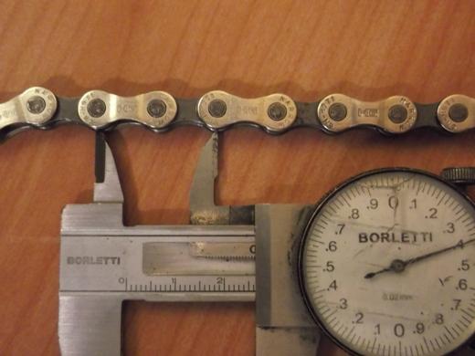 la misura della lunghezza di maglia della catena