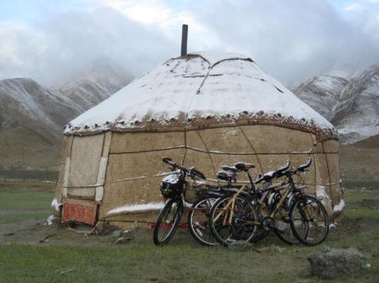 cycle-couple-uyghur-yurt-at-kara-kul-lake