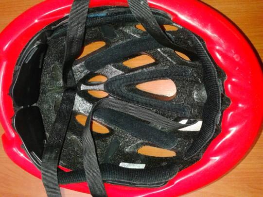 l'interno di un casco, realizzato in poliuretano espanso. A questa parte è demandato l'assorbimento degli urti