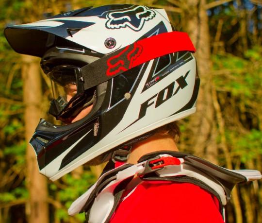 i caschi da Downhill sembrano mutuati dal motocross.