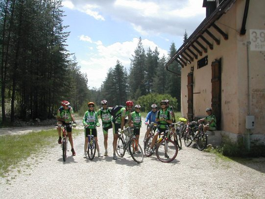 In gruppo in bicicletta  lungo la via della Dolomiti
