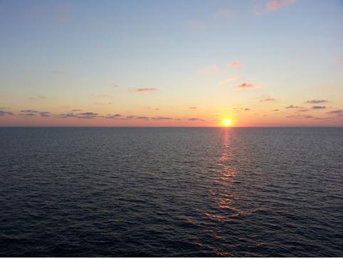 L'alba all'altezza dell'isola di Ustica
