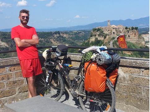 Civita di Bagnoregio (Vt) e la bici che pare un armadio particolarmente disordinato