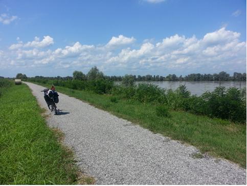 La ciclabile sull'argine destro del fiume Po