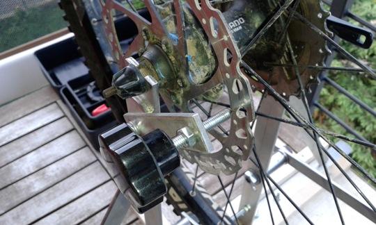 uno degli svantaggi dei freni a disco: il rotore si può piegare e va messo in dima per verificarne la planarità.