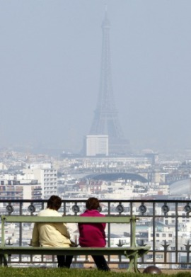 La Torre Eifel, nascosta dallo smog urbano