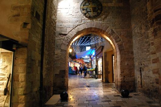 Da una porta medievale si accede al centro storico di Hyères