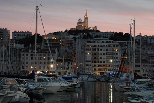 Il Vieux-Port di Marsiglia con vista su Notre-Dame-de-la-Garde