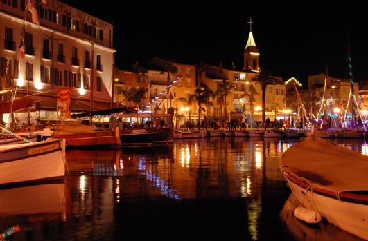 Il porticciolo di Sanary-sur-Mer con le barche addobbate per il Natale