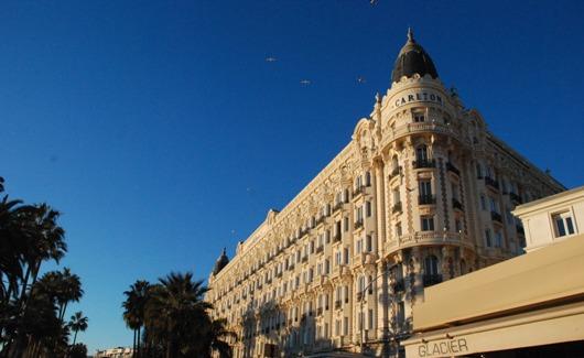 """Si dice che le due cupole dell'hotel Carlton siano ispirate ai seni della """"Bella Otero"""", una dama con cui """"si intrattenevano"""" ricchi americani e russi di passaggio a Cannes"""