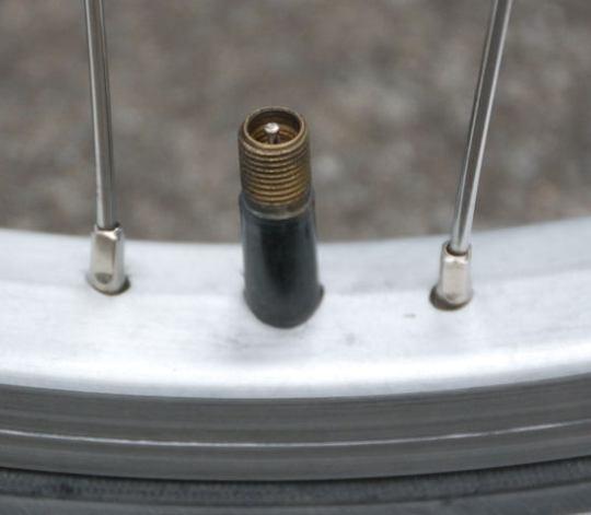 Particolare di una valvola Schrader (fonte practicalbiking.org)