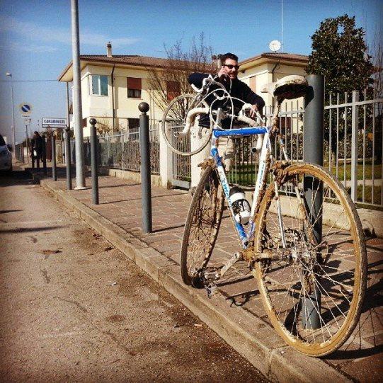 ciclista-marciapiede