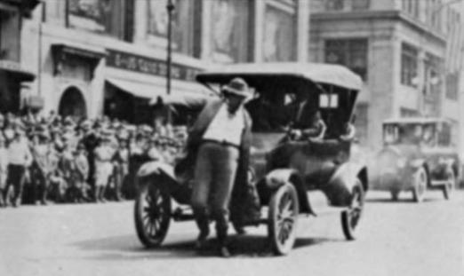 Una jaywalking parade a New York, un attore viene investito simbolicamente da un'auto a passo lento