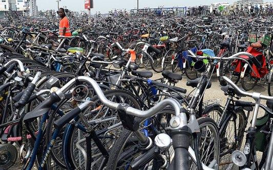 Ad amsterdam un parcheggio bici sott 39 acqua for Affitto bici amsterdam