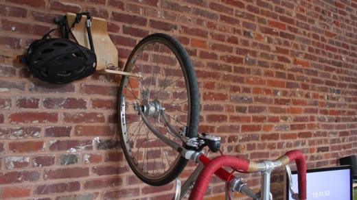 Supporto bici 9 - Accrocher un velo au mur ...