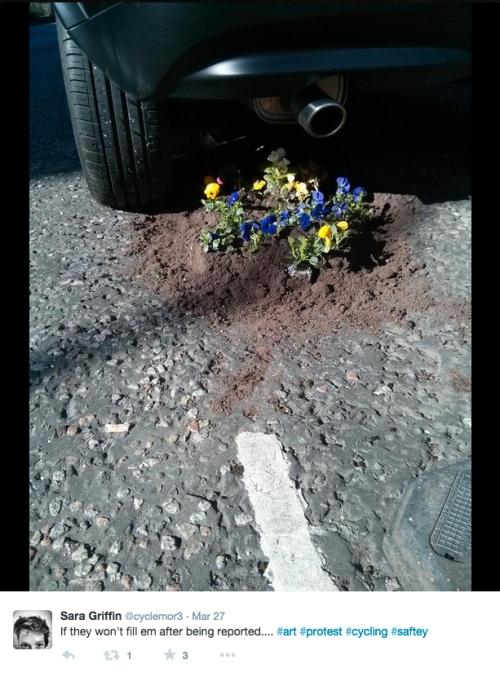 ciclista-scozzese-fiori-buche-2