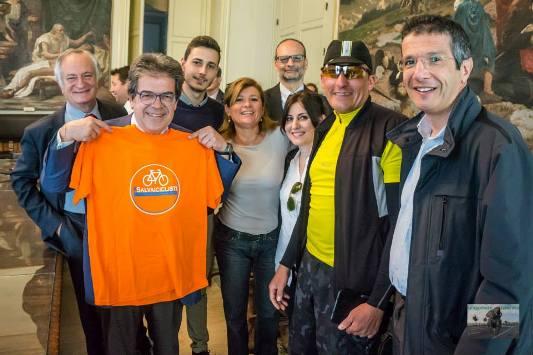 Il sindaco Enzo Bianco con i rappresentanti delle associazioni ciclistiche