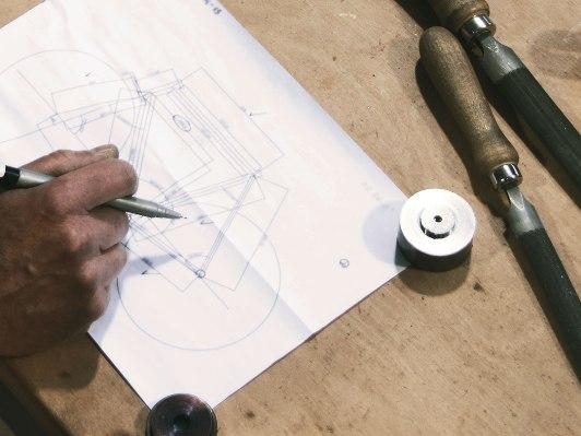 Doriano comincia a schizzare il progetto del telaio su carta