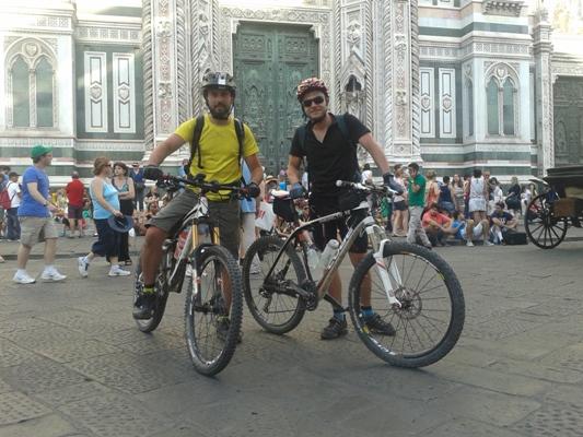 foto di rito in Piazza del Duomo a Firenze