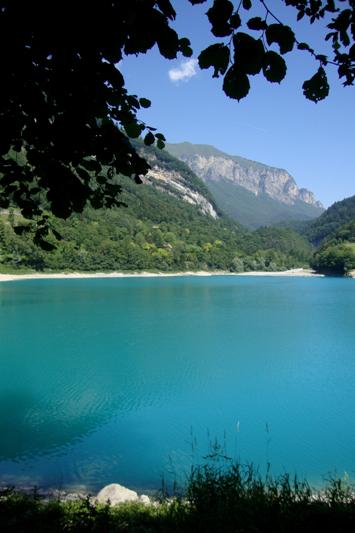 Le acque azzurre del lago di Tenno