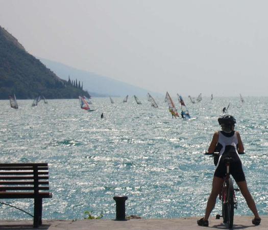 Lago di Garda e surfisti