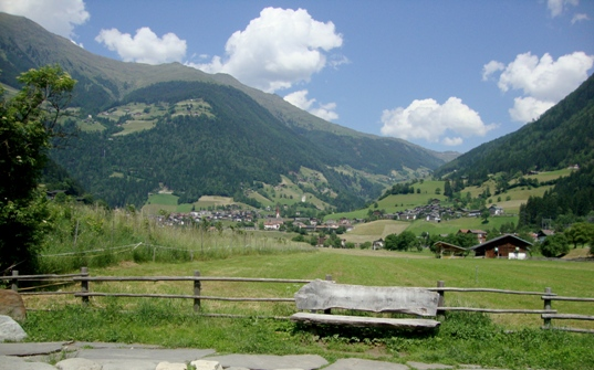 Veduta della val Passiria con sullo sfondo il paese di San Leonardo