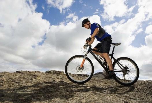 ciclista che va in sella con la prostata