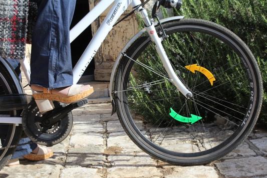 Un sandalo magari con un tacco più grande e una zeppe non troppo alta