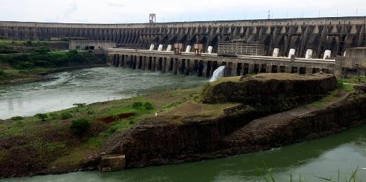 La centrale idroelettrica di Itaipù sul fiume Paranà (Brasile-Paraguay)