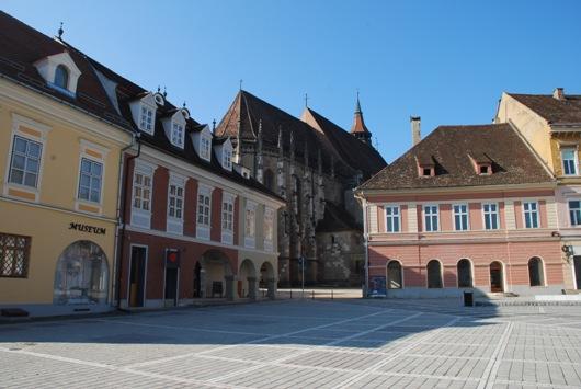 La piazza di Brasov con vista sulla Chiesa Nera