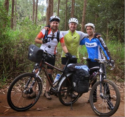 12-APR-2014: lungo un tratto molto accidentato del percorso fra Ouro Preto e Conselheiro Lafaiete, qui l'incontro con Raphael e Volney