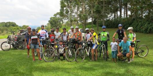 20-APR-2014: Lorena-Guaratinguetá-Cunha, l'incontro con un gruppo di ciclisti di Mariana poco prima di arrivare a Cunha