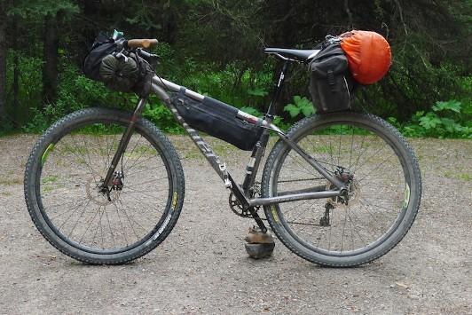 5f281aafa1 Resistenza all'abrasione: le borse da bikepacking non dovrebbero mai  entrare a contatto con le ruote ma questo è impossibile. Vuoi per aver  caricato ...