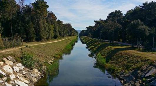 canale che scorre verso il mare, costeggiato  dalla ciclabile