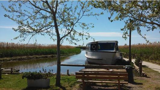 """""""Burlamacca"""" ormeggiata davanti al ristorante sulle rive del lago di Massacciuccoli"""