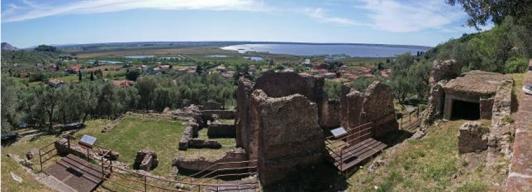 Veduta panoramica sulle rovine romane e il lago