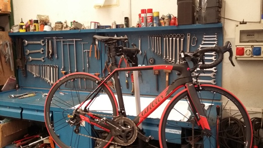 Manutenzione fibra di carbonio bici sul cavalletto