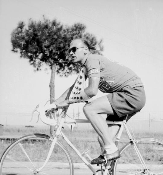 Fiorenzo Magni con braccio al collo per la rottura di una clavicola. Giro d'Italia del 1956, © Archivio Toscani/Gestione Archivi Alinari, Firenze