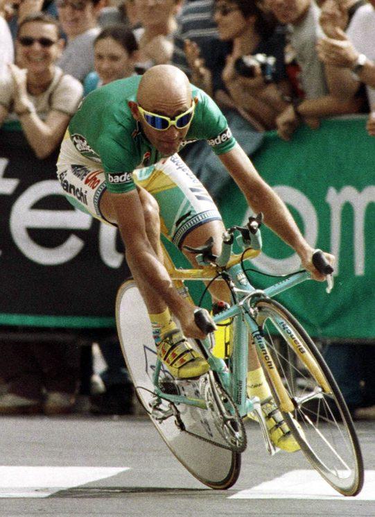 Marco Pantani durante la tappa a cronometro del Giro d'Italia; Trieste 1998, ©ANSA su licenza Archivi Fratelli ALINARI