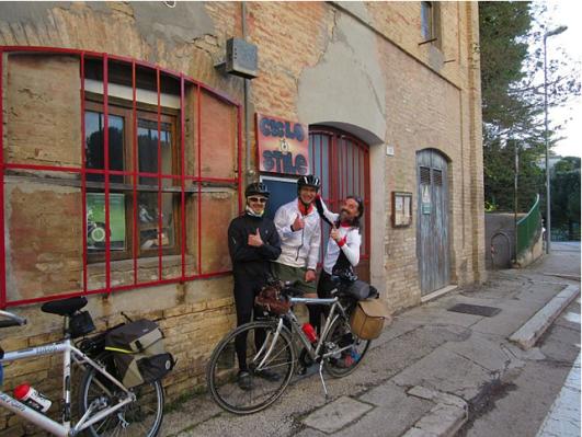 Il ritrovo di fronte alla sede di Ciclo Stile