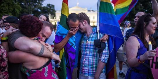 Manifestazione per le persone uccise al Pulse fuori dalla Casa Bianca a Washington DC, 12 giugno 2016 (EPA/JIM LO SCALZO)