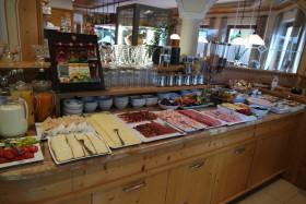 Una parte del tavolo della colazione all'Hotel Alpinum